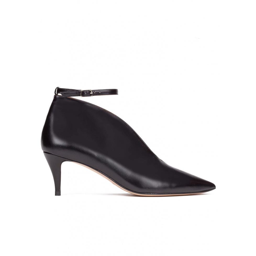 Zapatos de tacón medio en piel color negro con pulsera
