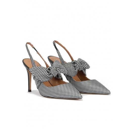 Zapatos destalonados de tacón alto en tejido a cuadros azul y blanco Pura López