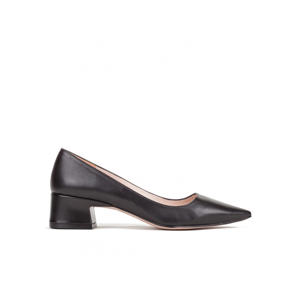 Mid heel shoes in black leather