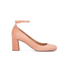 Zapatos de medio tacón en ante rosa antik con pulsera Pura López