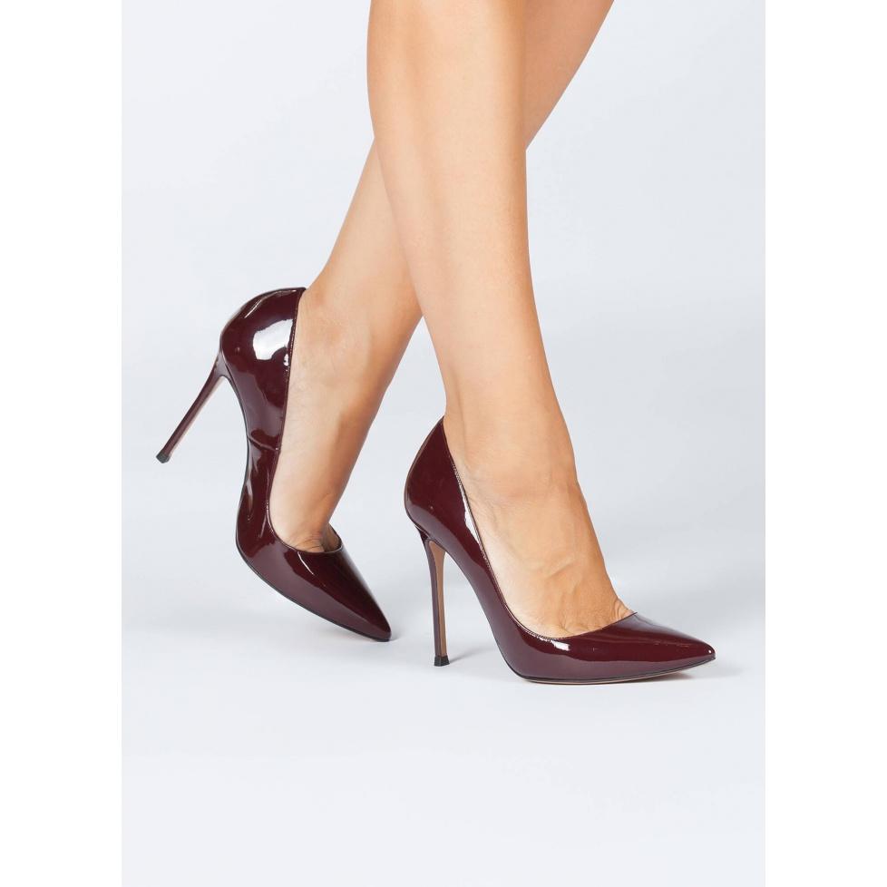 Zapatos de salón con tacón alto y punta fina en charol burdeos