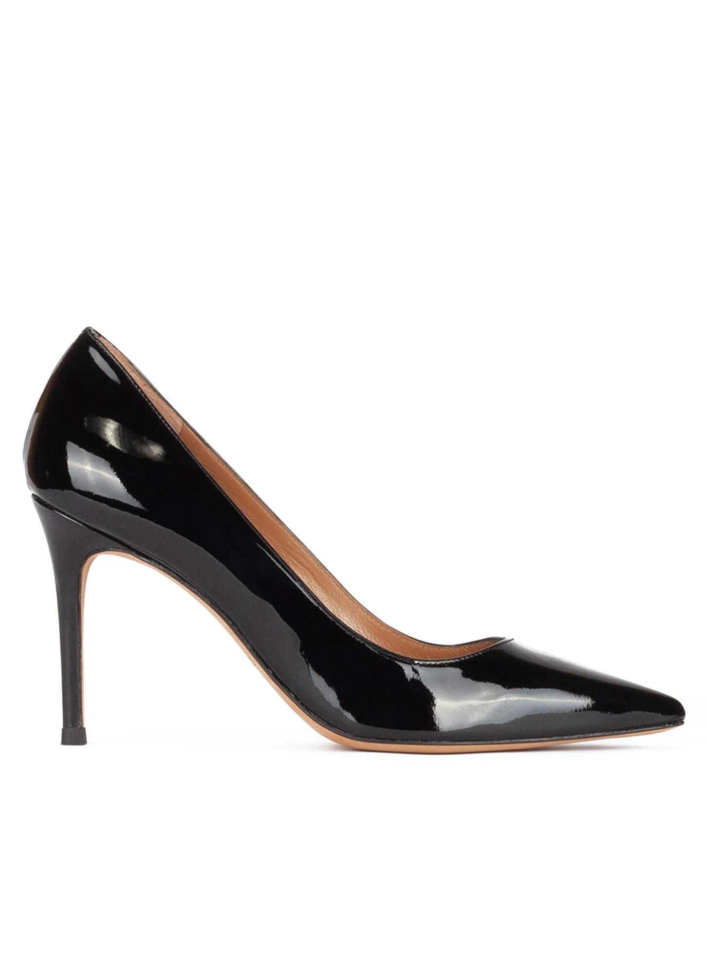 Zapatos de salón negros en punta con diseño muy acolchado