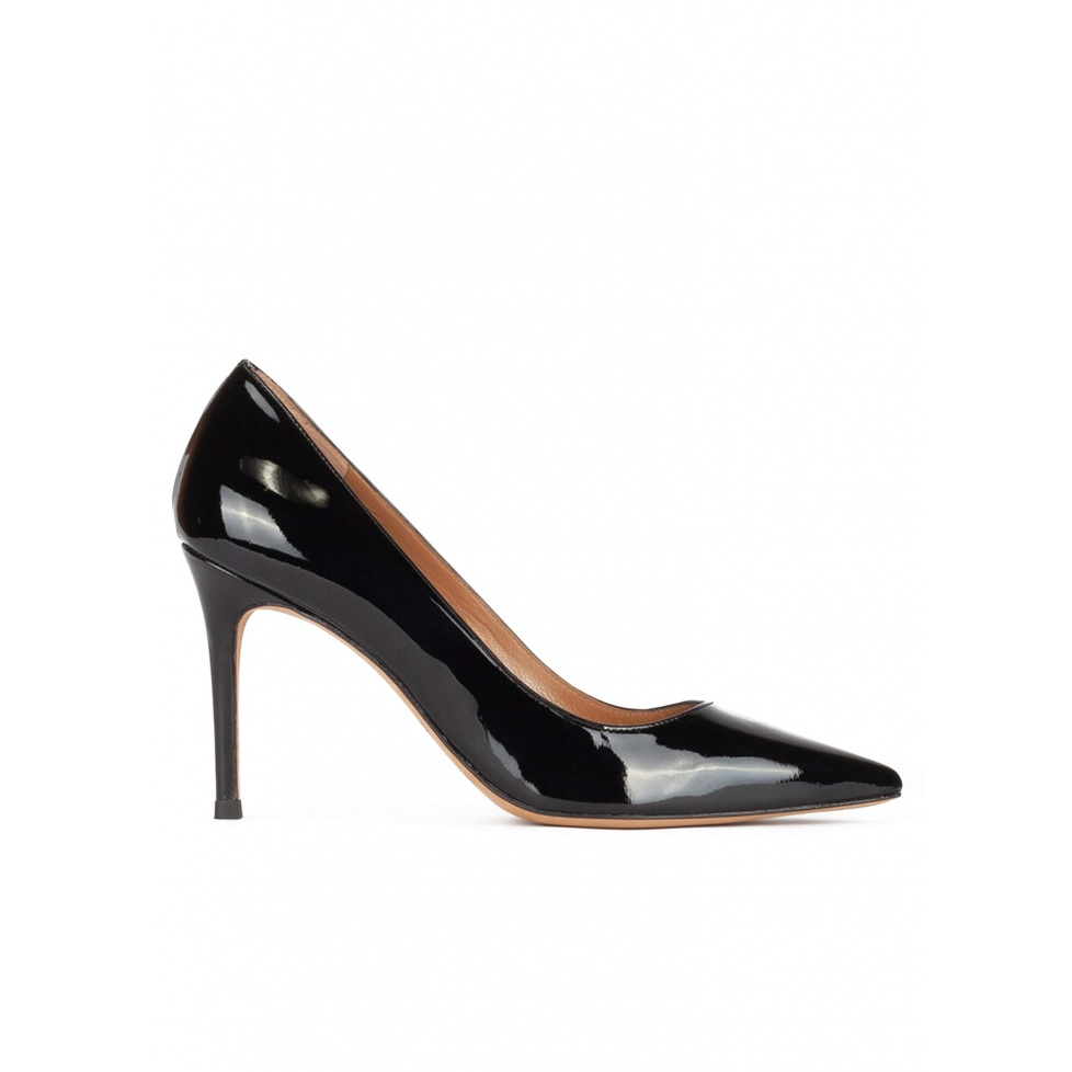Heeled pointy toe pumps in black patent leather
