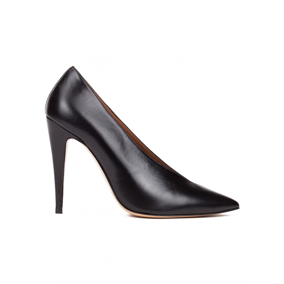 V-cut high heel pumps in black leather and suede