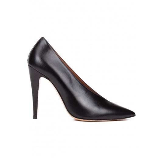 Zapatos de salón con escote en V en piel y ante negro Pura López