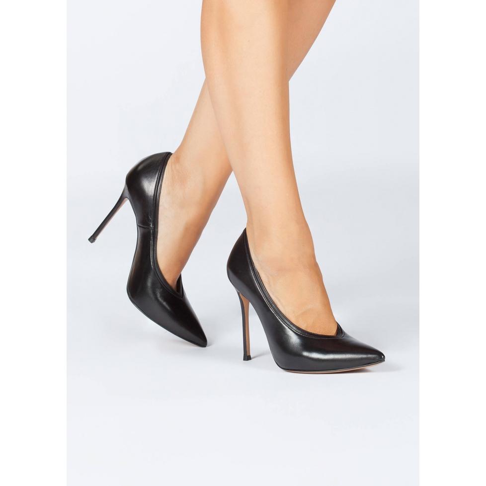 V-cut heeled pumps in black nappa