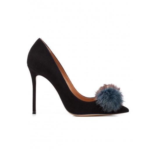 Zapatos de salón con tacón alto en ante negro con pompón Pura López
