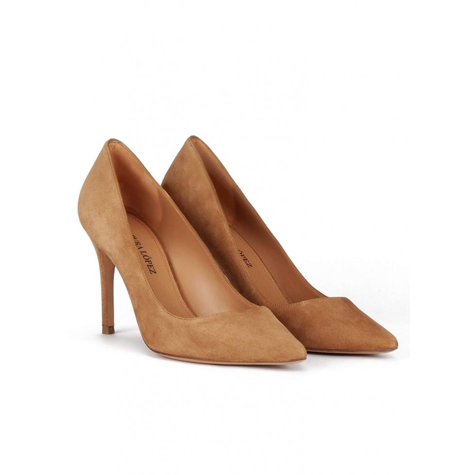 Zapatos de punta fina y tacón stiletto en ante arena
