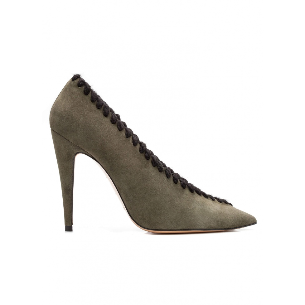 V-cut high heel pumps in green suede with woolen stitching
