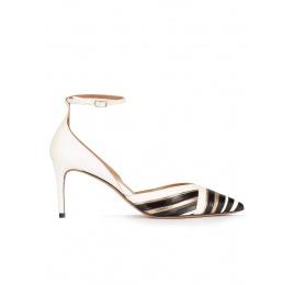 Zapatos de medio tacón en piel blanco, negro y dorado con pulsera Pura López