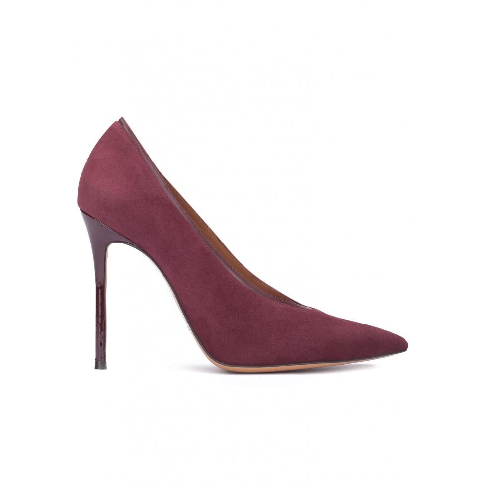 V-cut heeled pumps in burgundy suede