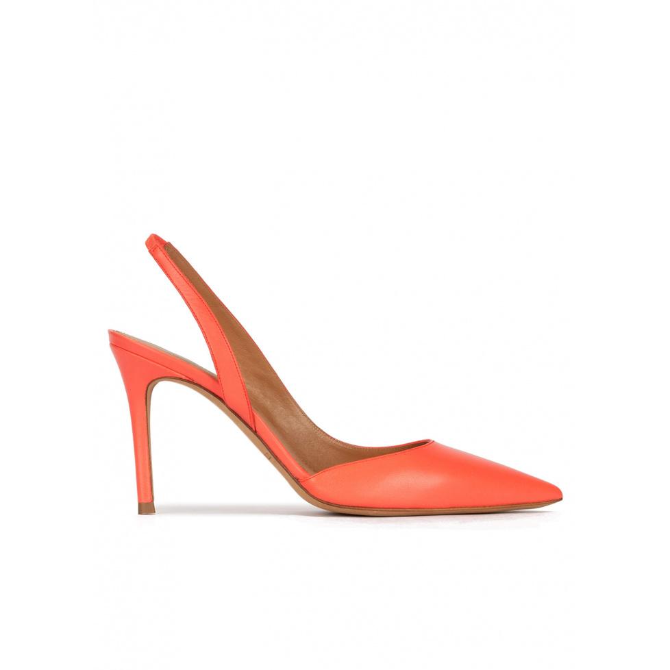 Zapatos destalonados de tacón alto y punta fina en piel coral