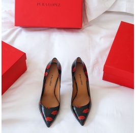Black point-toe thin stiletto heel pumps with red kisses Pura López
