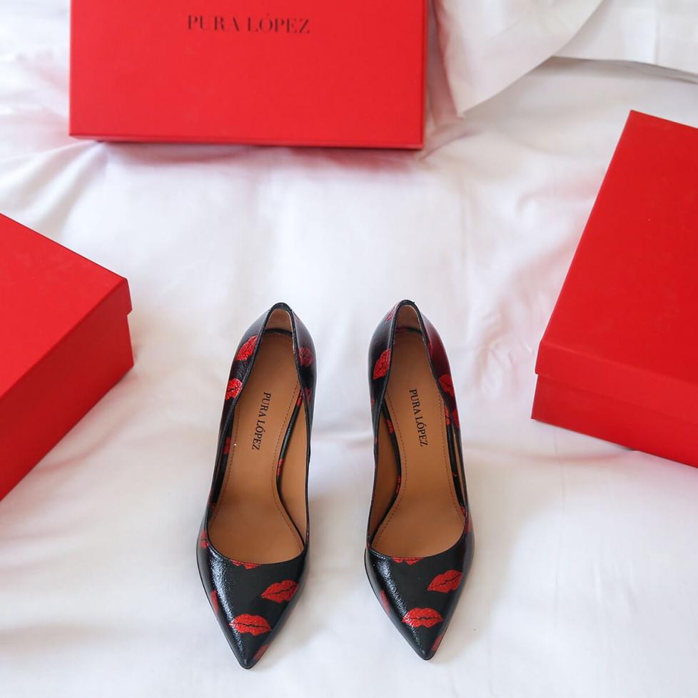Zapatos negros de tacón de aguja y punta afilada con labios