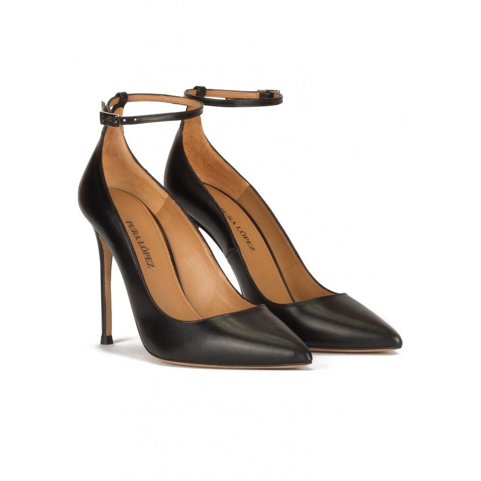 Zapatos negros de piel con tacón alto y pulsera