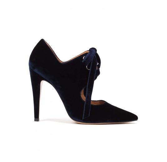 Zapatos de tacón alto en terciopelo azul noche con cordones Pura López