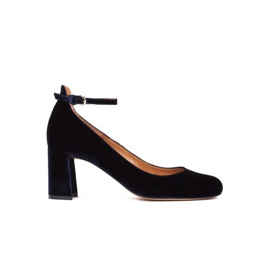 Zapatos de tacón medio en terciopelo azul noche con pulsera Pura L�pez