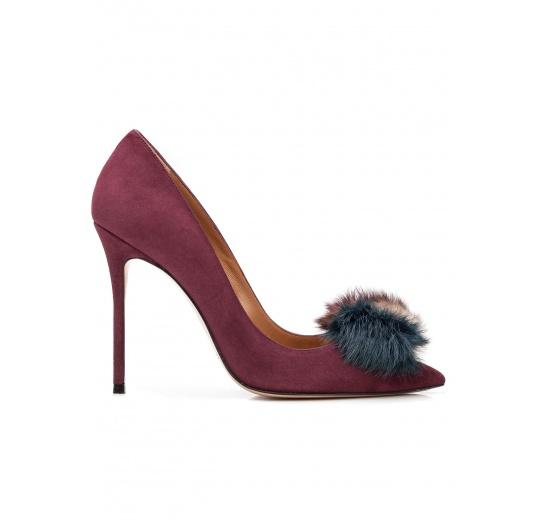 Zapatos de salón con tacón alto en ante berenjena con pompón Pura López